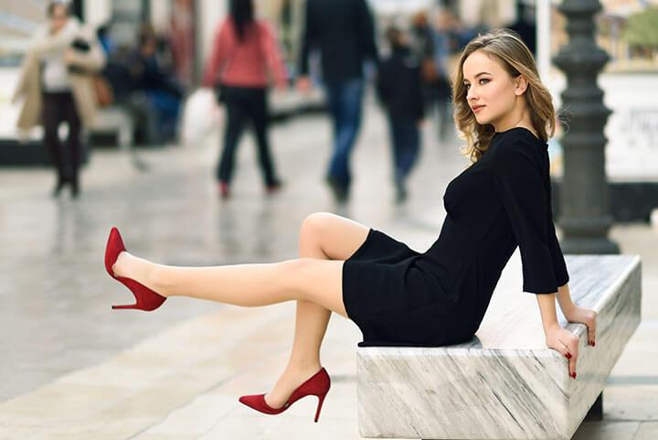 Mulher linda esperando taxi