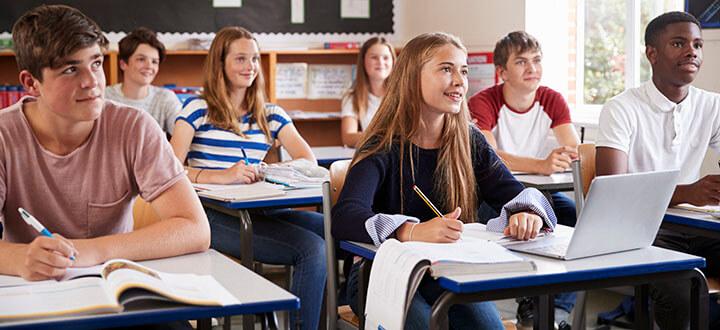Adolescentes dentro da sala de aula