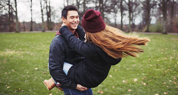 Casal de namorados adolescentes brincando
