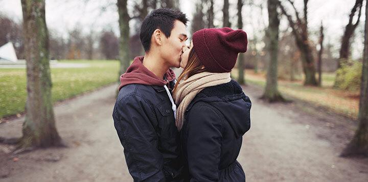 Casal de namorados adolescentes se beijando