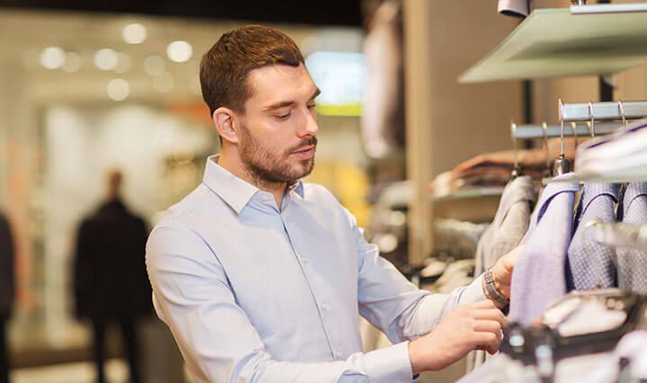 Homem escolhendo roupa