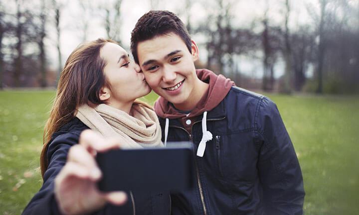 Namorados adolescentes tirando selfie juntos