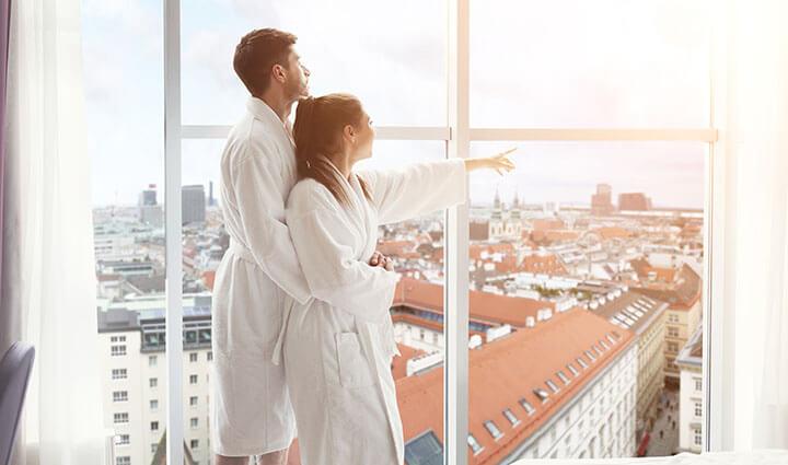 Casal curtindo relacionamento em um hotel