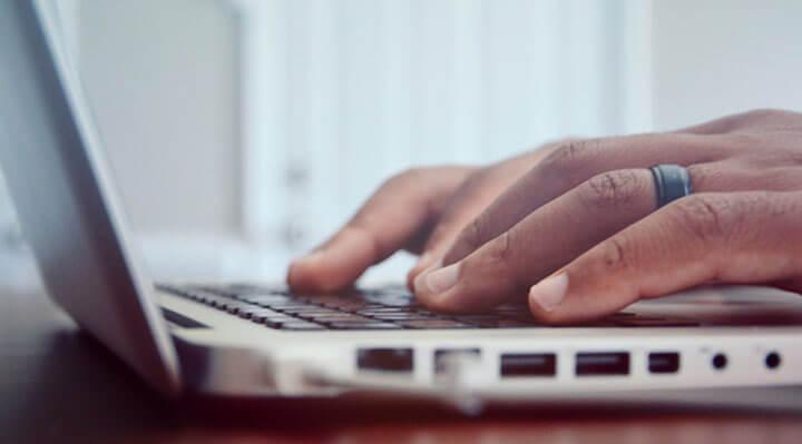 Homem casado teclando no laptop