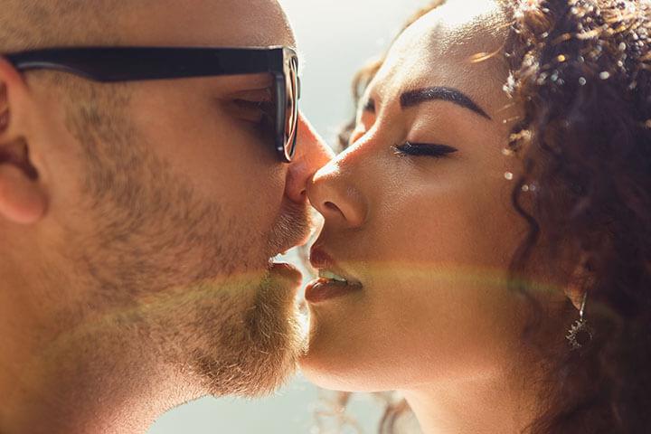 Mulher apaixonada beijando um homem